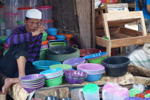 Lombok_Markt Mann mit Plastikgeschirr_K