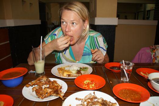 Lombok_Suse mit Fingern essend_K