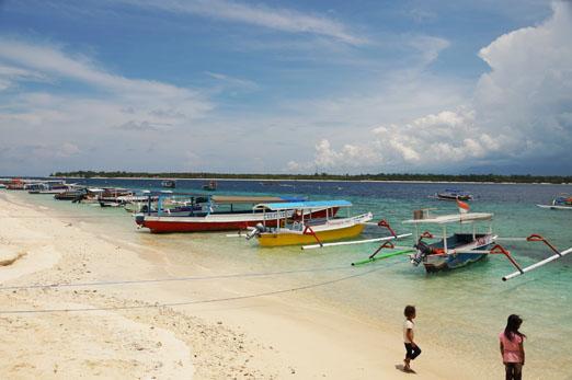 Gili Trawangang Strand mit Schiffen